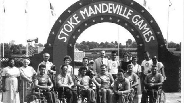 Alcuni partecipanti paraplegici dei giochi di Stoke Mandeville creati da Gutmann