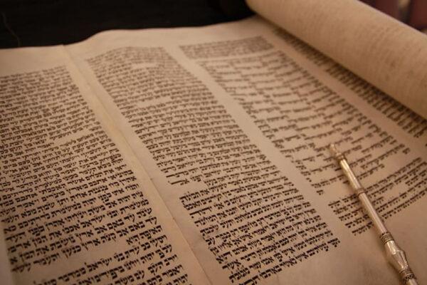 Uno dei rotoli della Torah sottratti durante la Shoah e sequestrati a New York