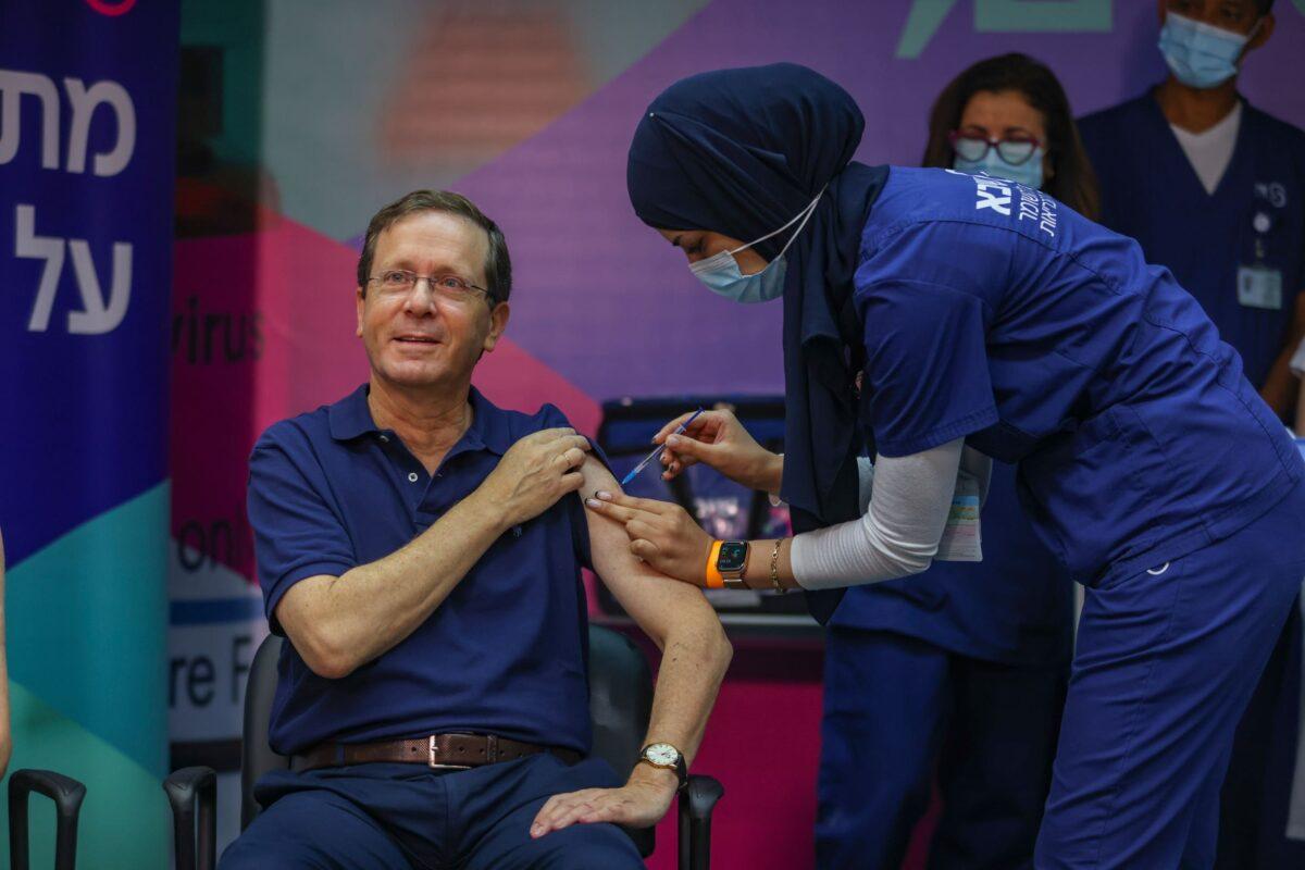 Ilpresidente israeliano Isaac Herzog si sottopone alla terza dose di vaccino Pfizer