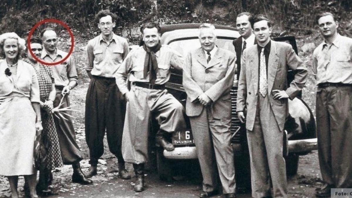 Adolf Eichmann in Argentina: alla sua sinistra Gerhard Klammer, colui che portò alla sua cattura