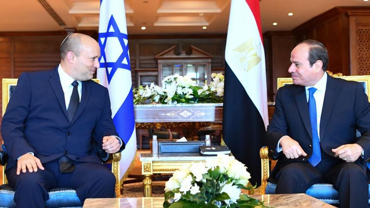Da sinistra, Naftali Bennett e Al-Sisi
