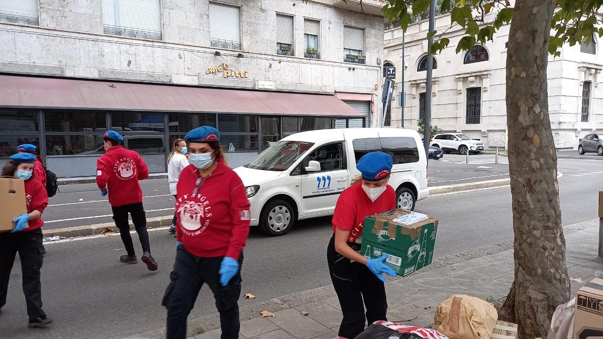 City Angels e volontari die movimentyi giovanili ebraici alla raccolta di beni per i profughi afghani e i senzatetto