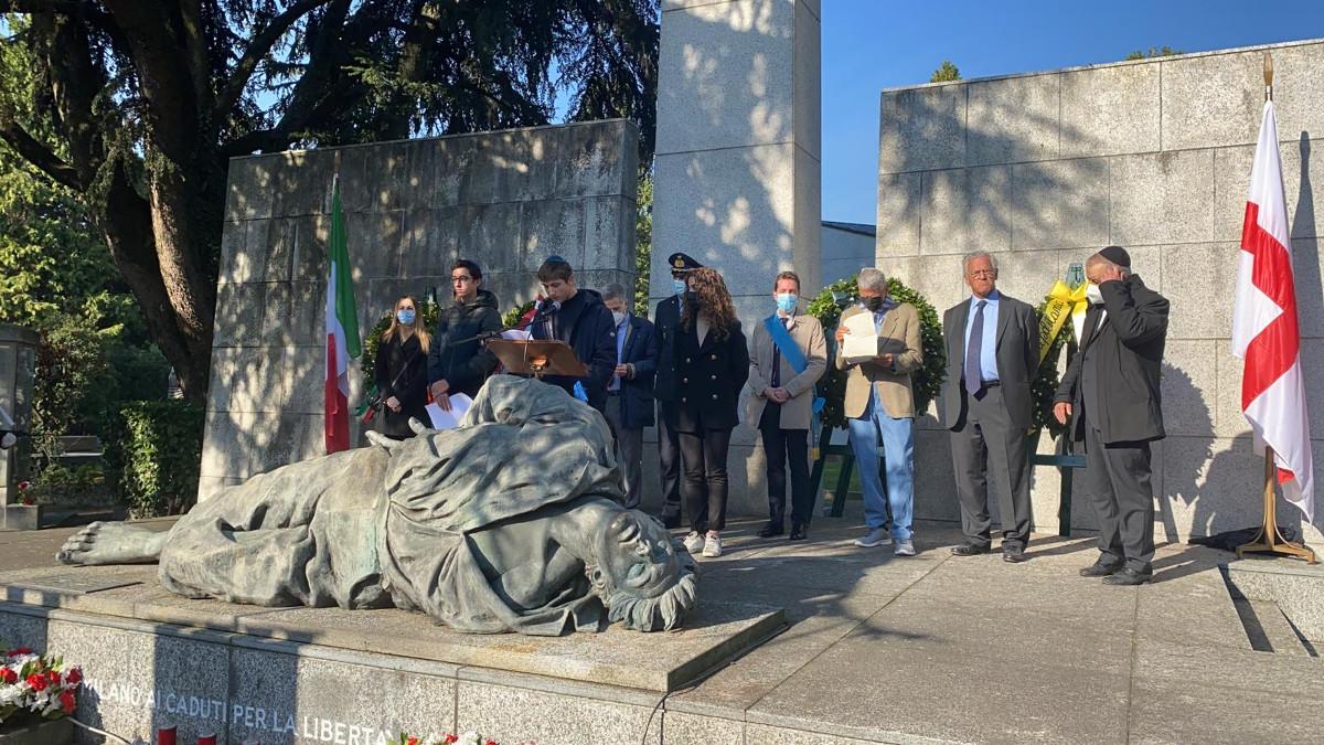 La cerimonia al Campo della Gloria al Cimitero Maggiore