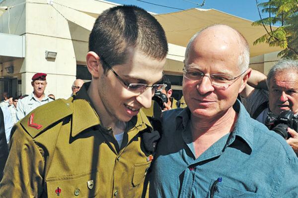 Gilad Shalit con il padre dopo la sua liberazione