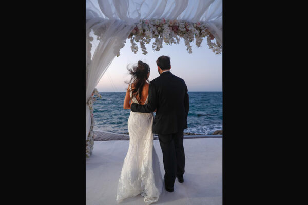 Gli sposi del primo matrimonio ebraico in Bahrein dopo 50 anni